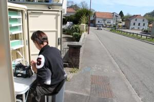 Ici, les agents de la société SOGETREL procèdent à la soudure de la fibre, rue des Vergers à Hombourg-Ht
